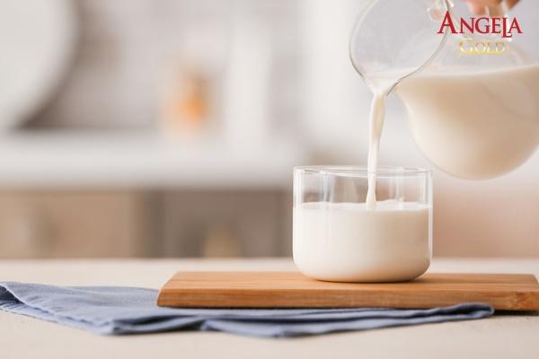 uống sữa ấm giúp dễ ngủ hơn