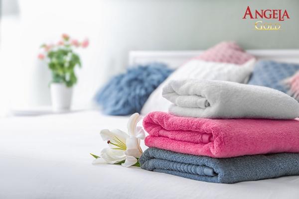 dùng khăn sạch lau khô vùng kín
